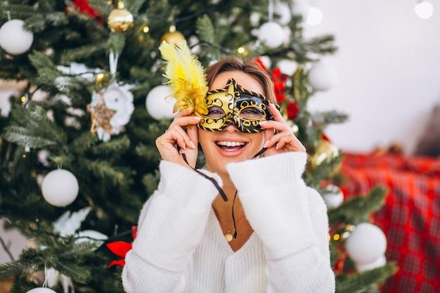 クリスマスにマスクを着ている女性 無料写真