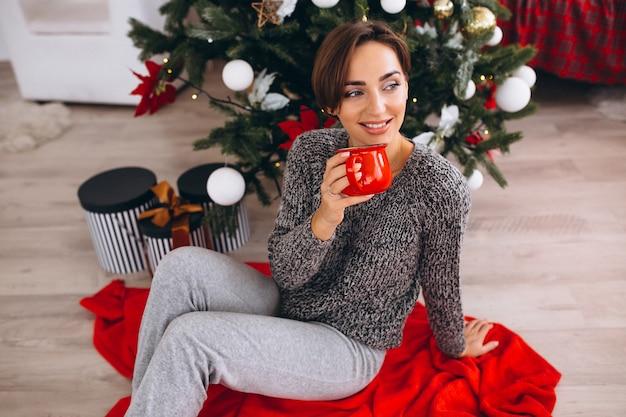 クリスマスイブにお茶を飲む女性 無料写真