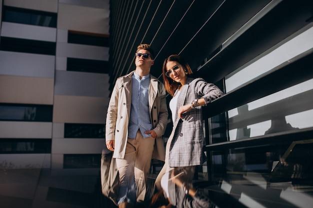 Молодая пара стоит у здания Бесплатные Фотографии