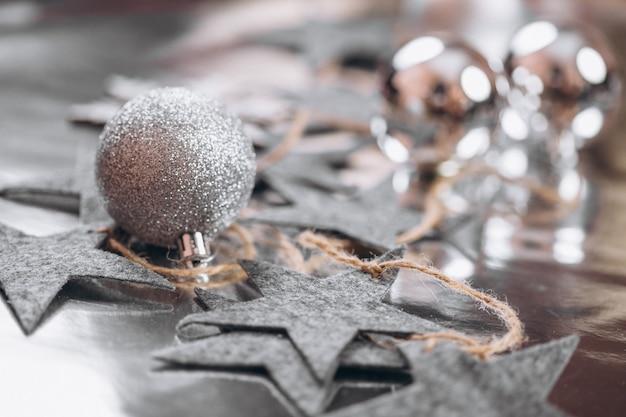 銀色の背景にクリスマス背景レイアウト 無料写真