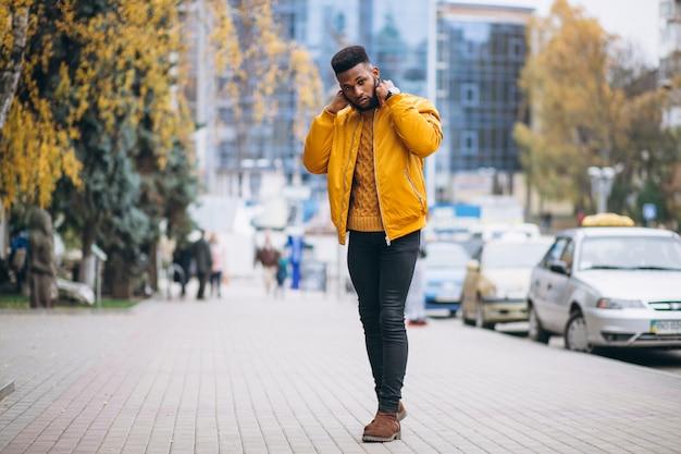 アフリカ系アメリカ人学生が通りを歩いて 無料写真