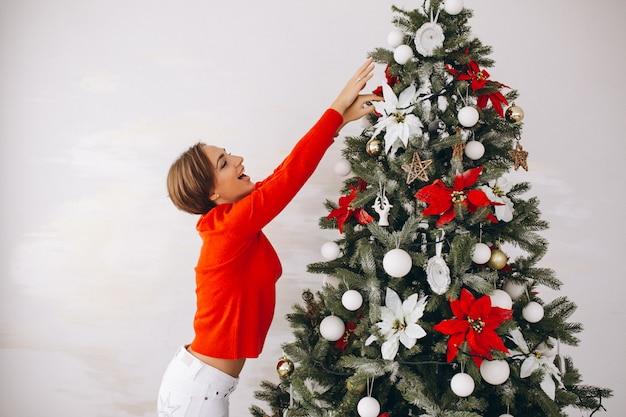 女性飾るクリスマスツリー 無料写真