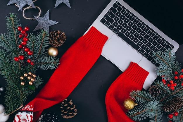 黒の背景にクリスマス背景レイアウト 無料写真