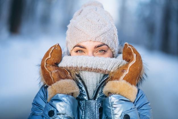 冬のジャケットの若い女性の肖像画 無料写真