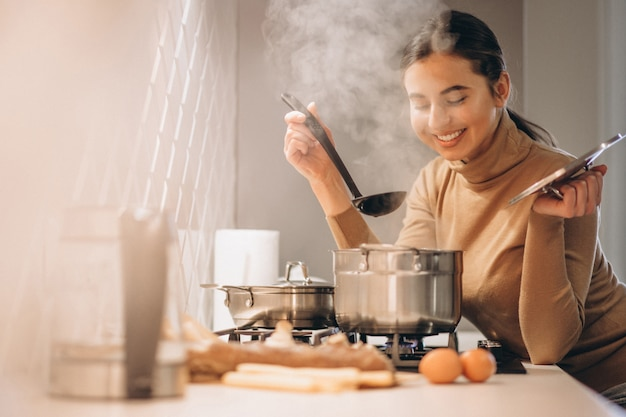 台所で料理をする女性 無料写真