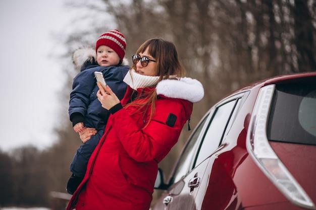車で立っている息子を持つ母 無料写真