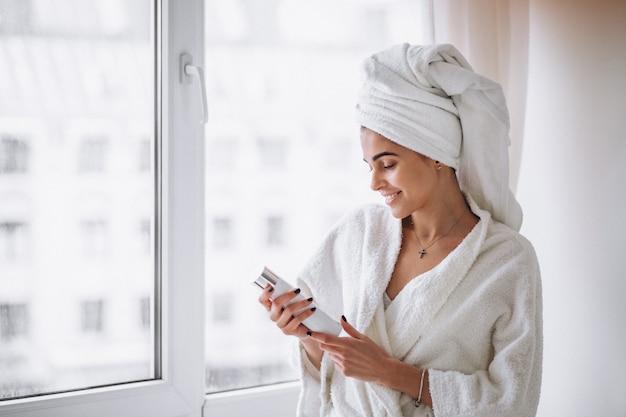 Женщина стоит у окна в халате Бесплатные Фотографии