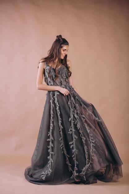 美しい灰色のドレスを着た女性の肖像画 無料写真