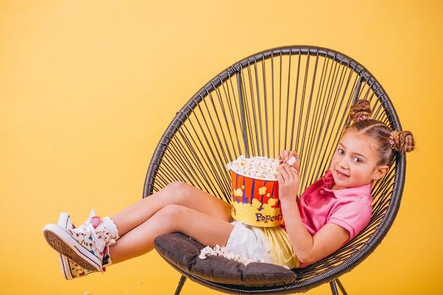 ポップコーンを食べてかわいい女の子 無料写真