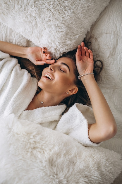 Молодая женщина в постели Бесплатные Фотографии