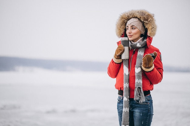 冬の外で熱いお茶を飲む女 無料写真