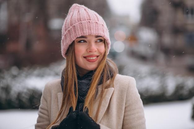冬の公園で幸せな女 無料写真