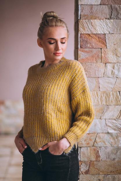 クールな黄色いセーターの金髪女性 無料写真