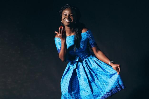スタジオでのアフロアメリカンの女性モデル 無料写真