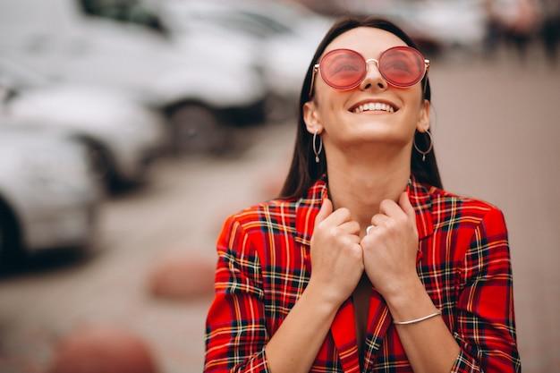 赤いジャケットで幸せな女の肖像 無料写真