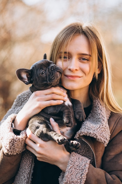 フレンチブルドッグを持つ女性 無料写真