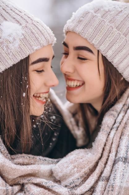 冬の公園で一緒に二人の女の子の双子 無料写真