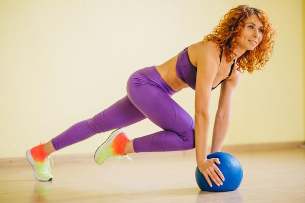ボールを持つ女性フィットネストレーナー 無料写真