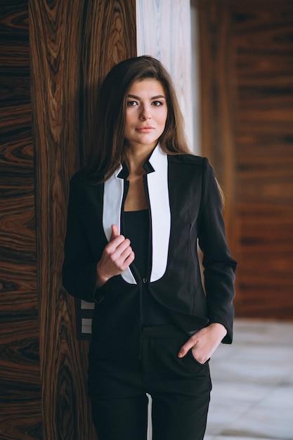 黒のスーツのビジネスウーマン 無料写真