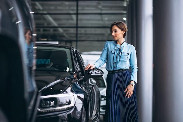 車を買うために乾燥をする女性 無料写真