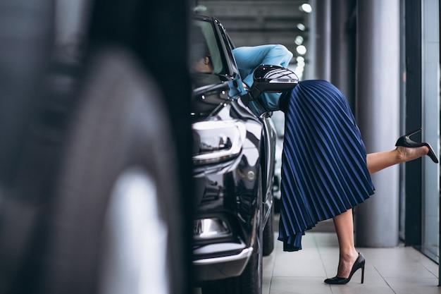 自動車で女性の足をクローズアップ 無料写真