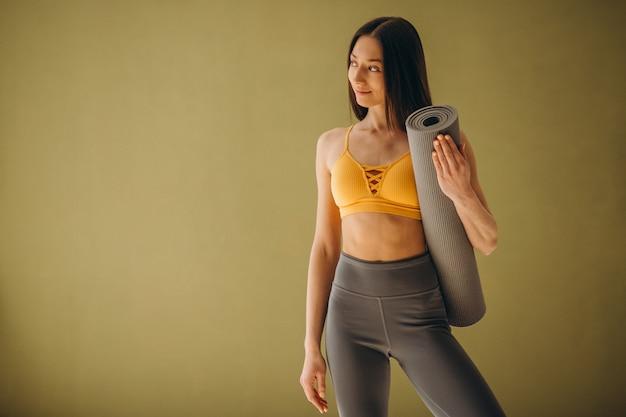 ヨガの練習ヨガマットを持つ女性 無料写真