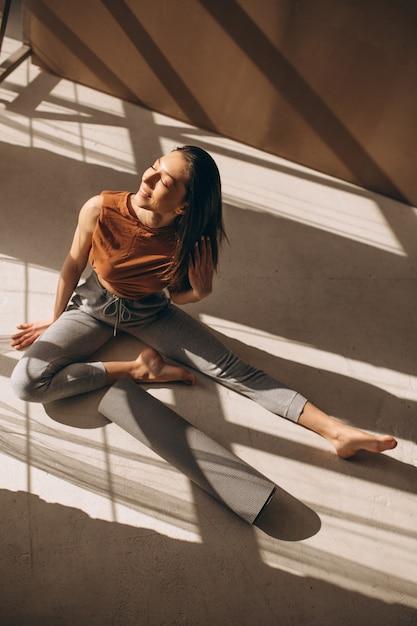 ヨガの練習の女性 無料写真