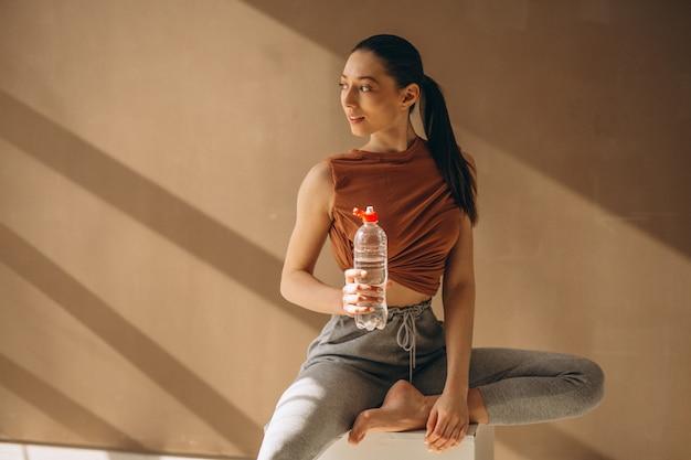 女性運動と水を飲む 無料写真