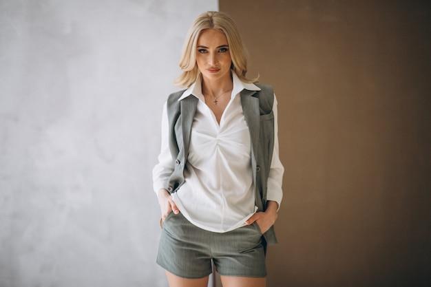 布を示す女性モデル 無料写真