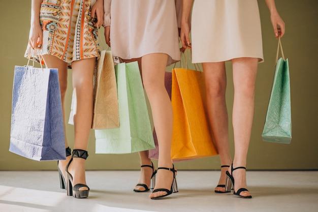 買い物袋を持つ女性の足 無料写真