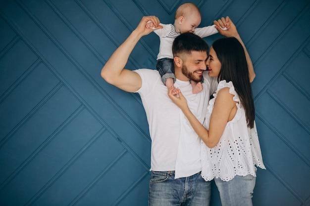 最初の子供と幸せな家庭 無料写真