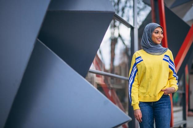 通りのヒジャーブの外でアラビアの女性 無料写真