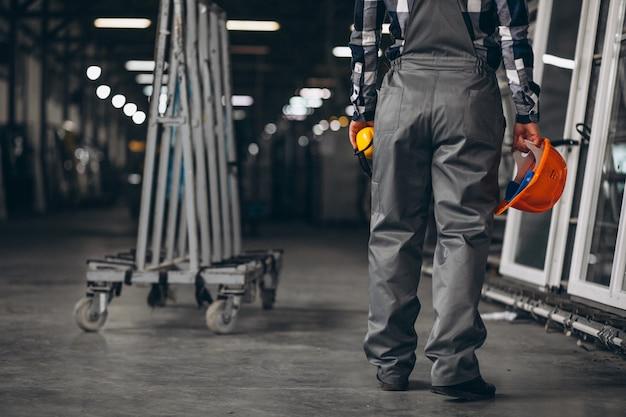 工場で男性労働者 無料写真