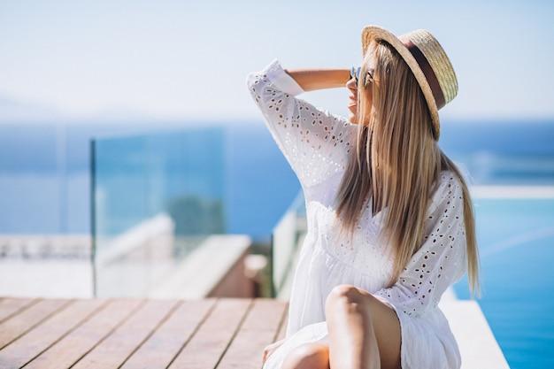 プールサイドでの休暇に若い女性 無料写真