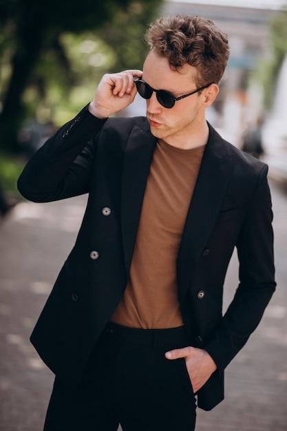 Молодой человек модель позирует на улице Бесплатные Фотографии