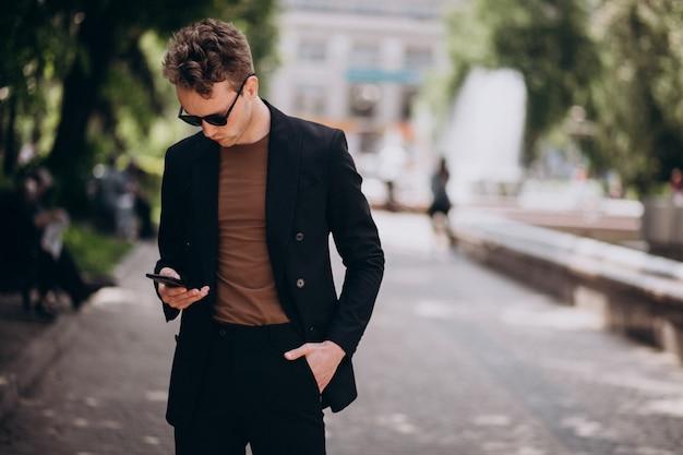 電話を使用して若い男モデル 無料写真