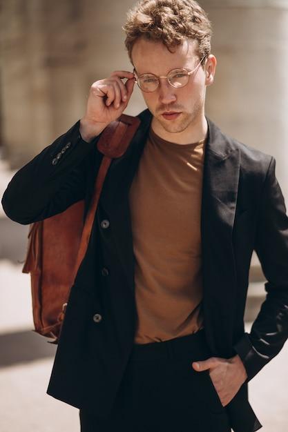 眼鏡の若いハンサムな男の肖像 無料写真