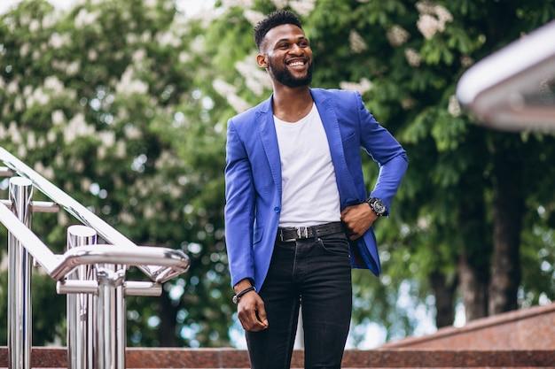 青いジャケットのアフリカ系アメリカ人の男 無料写真