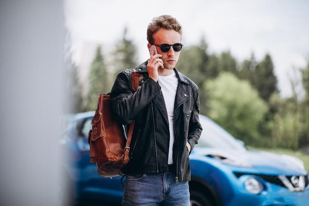 車で携帯電話を使用してハンサムな男 無料写真