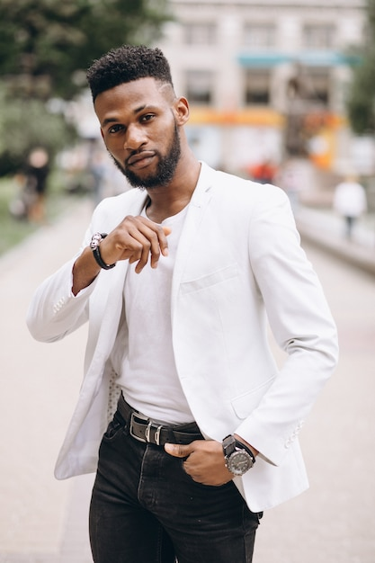 白いジャケットのアフリカ系アメリカ人 無料写真