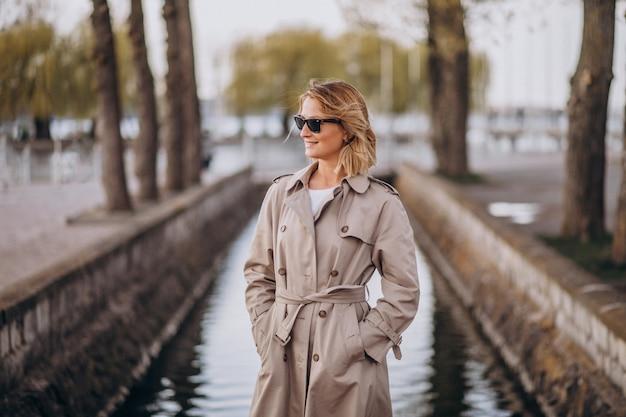 公園の外のコートで金髪の女性 無料写真