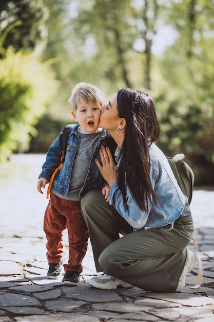 Мать с маленьким сыном в парке Бесплатные Фотографии