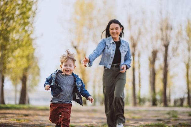 公園で楽しんでいる彼女の幼い息子を持つ母 無料写真