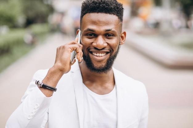 電話を使用してアフリカ系アメリカ人の男 無料写真