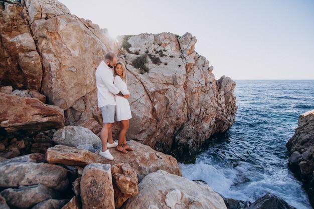 海沿いのギリシャでの新婚旅行に若いカップル 無料写真