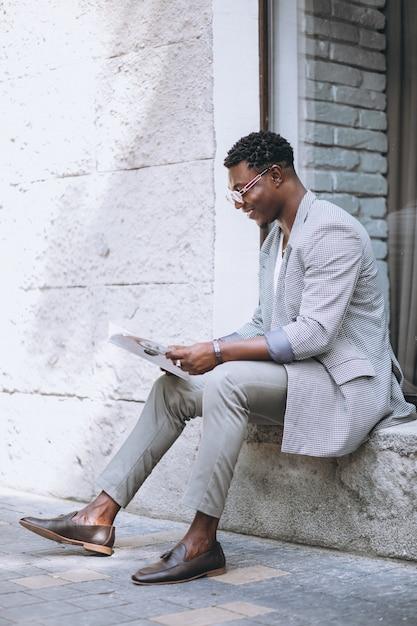 アフリカ系アメリカ人の男が雑誌を読む 無料写真