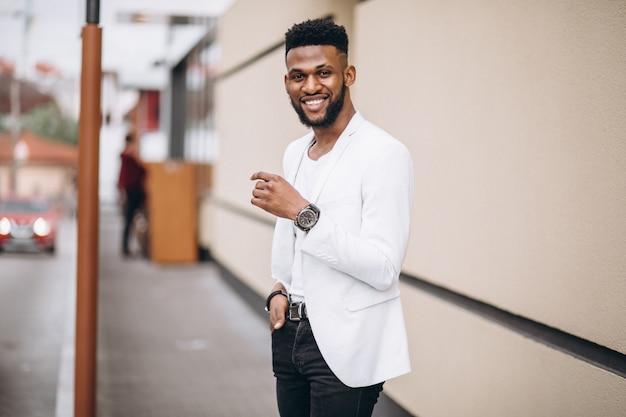 Афро-американский мужчина в белой куртке Бесплатные Фотографии