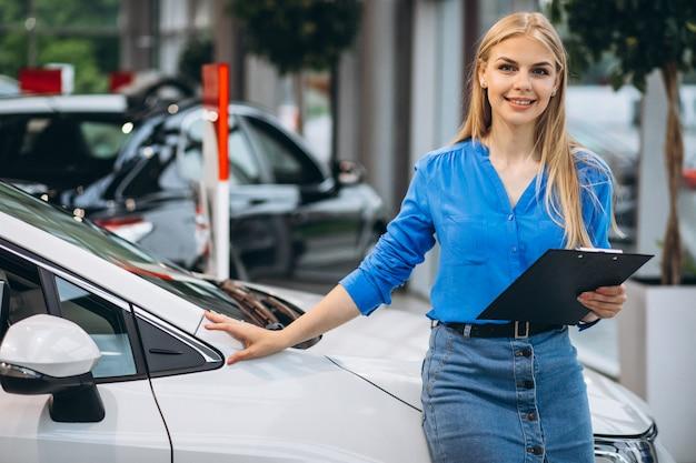 車のショールームでの営業の女性 無料写真