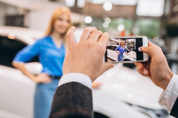 きれいな女性が車で写真を撮る 無料写真