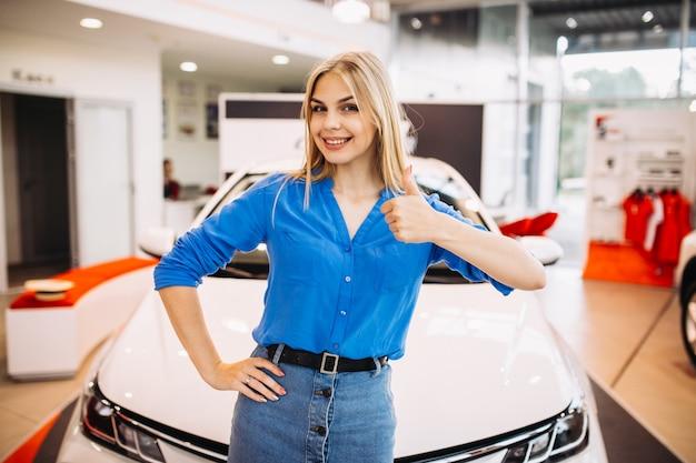 車の前に立っている感情を示す女性 無料写真